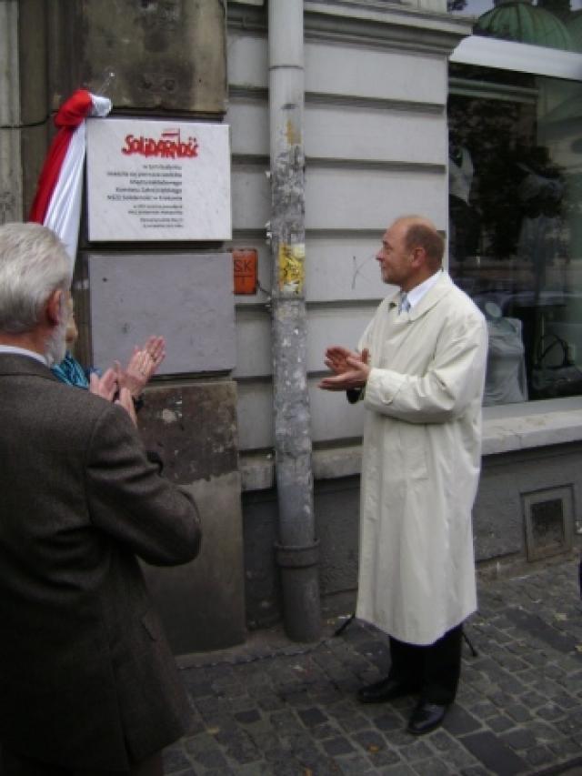 Odsłonięcie tablicy upamiętniającej powstanie pierwszej siedziby MKZ NSZZ Solidarność